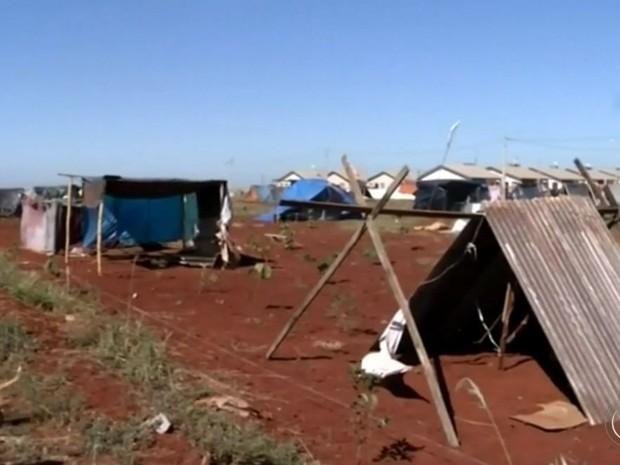 Famílias estão acampadas em área de preservação ambiental (Foto: Reprodução / TV TEM)