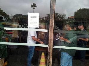 Fiscalização da Prefeitura e do Corpo de Bombeiros interdita bar Manga Real Botequim, em Campinas (Foto: Luciano Calafiori/G1 Campinas)