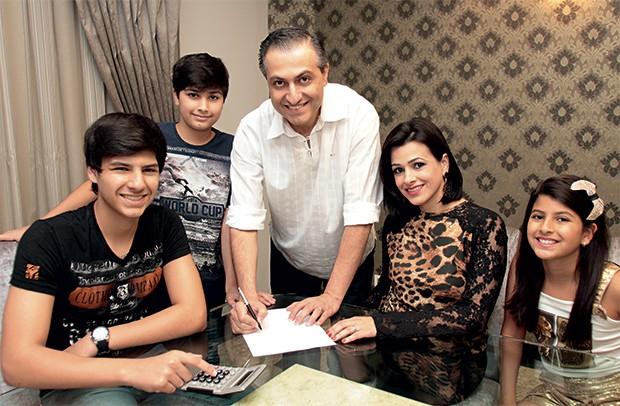 DE BERÇO O empresário Faisal Ismail entre a mulher e os filhos. Ele acredita ter aprendido com o pai a lidar bem com dinheiro (Foto: Christian Rizzi/ÉPOCA)
