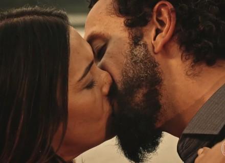 Beatriz não resiste ao encanto de Bento, e os dois se beijam