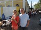 Após separação, Grazi Massafera posa com fã no litoral do Paraná