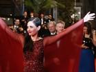 Eva Green faz pose irreverente com vestido exótico no tapete vermelho