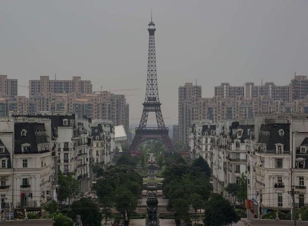 Tianducheng tem uma Torre Eiffel, com 108 metros de altura (Foto: Reprodução)