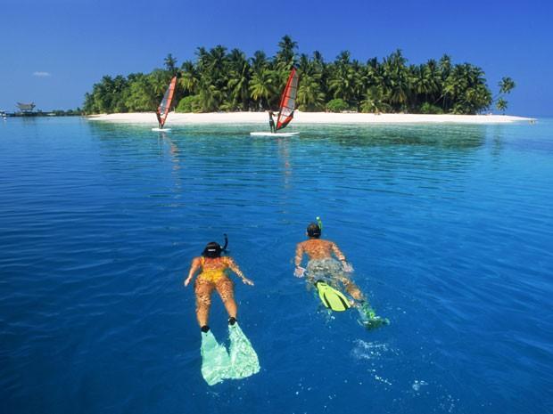 Casal mergulha nas ilhas Maldivas' (Foto: Chad Ehlers / TIPS / Photononstop/ AFP)