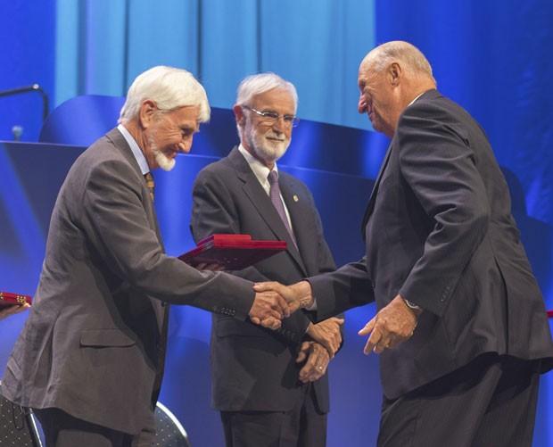 O pesquisador John O'Keefe (à esquerda), um dos ganhadores do Nobel de Medicina de 2014, recebe o prêmio Kavli de neurociência em 9 de setembro deste ano (Foto: Torstein Boe/NTB Scanpix/Reuters)