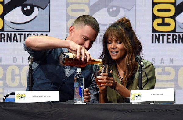 O ator Channing Tatum servindo o copo da atriz Halle Berry (Foto: Getty Images)