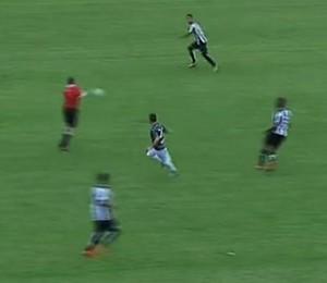 Bolada em árbitro Santos América-PE (Foto: Reprodução SporTV)