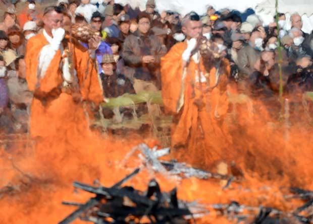 Centenas de pessoas assistiram ou participaram do ritual, que tem o objetivo de purificar mente e corpos e de pedir proteção (Foto: Toshifumi Kitamura/AFP)