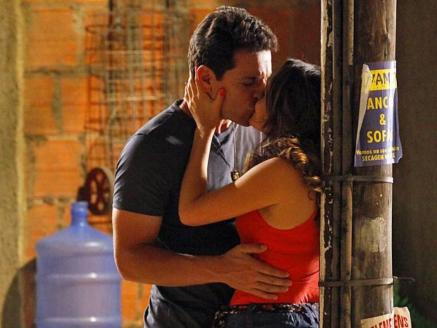 Théo encosta Morena no poste e a beija (Foto: Salve Jorge/TV Globo)