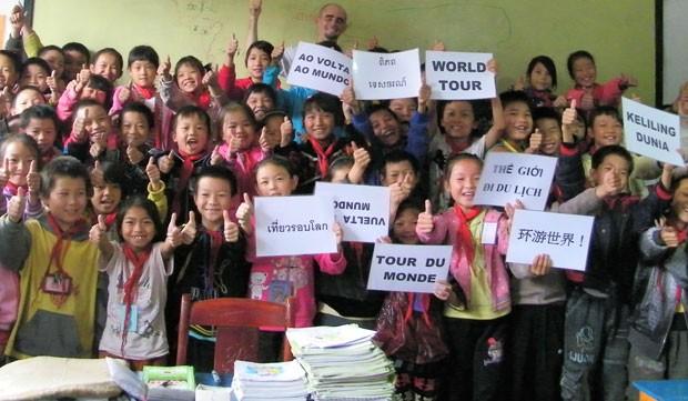 Jérémy Marie com crianças na China (Foto: Jérémy Marie/Arquivo pessoal)