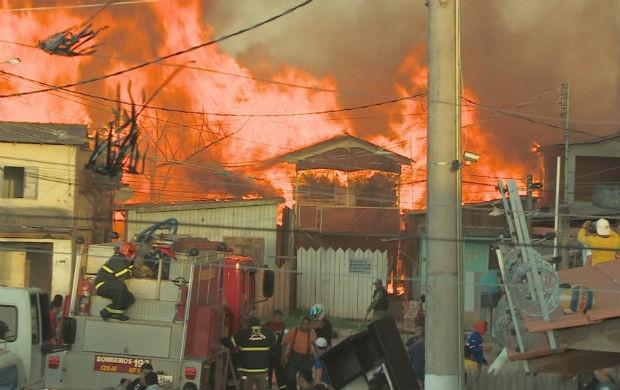Cobertura da TV Amapá no incêndio no bairro Perpétuo Socorro. (Foto: Reprodução/TV Amapá)