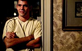 Juliano Cazarré promete surpreender com personagem do bem