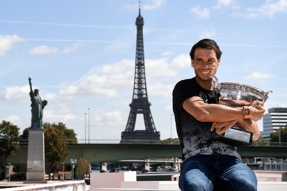 Rafael Nadal posa com troféu de Roland Garro, às margens do rio Sena, em Paris (Foto: CHRISTOPHE SIMON / AFP)