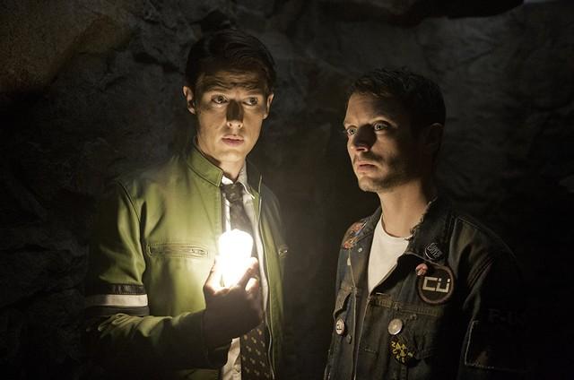 Samuel Barnett e Elijah Wood em 'Dirk Gently's holistic detective agency' (Foto: Reprodução)