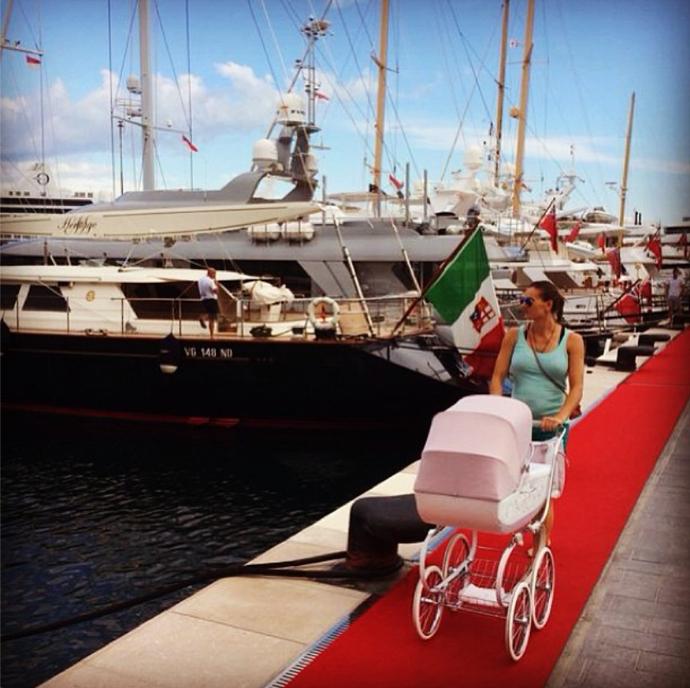 Yelena Isinbaeva passeando com a filha (Foto: Reprodução/Instagram)