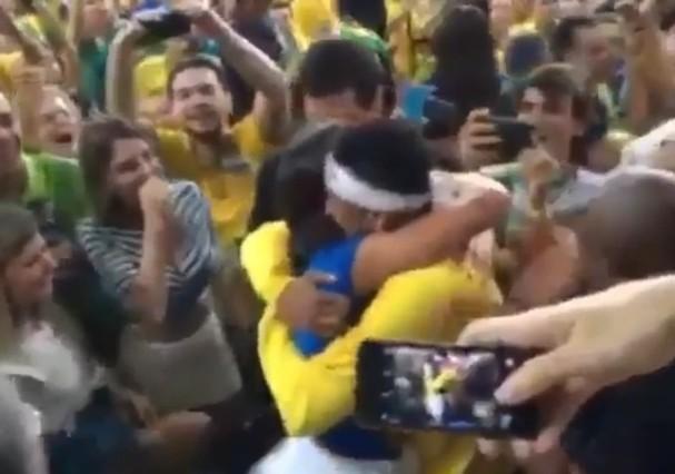 Neymar Jr e Bruna Marquezine se abraçam após medalha na Rio 2016 (Foto: Reprodução/Instagram)