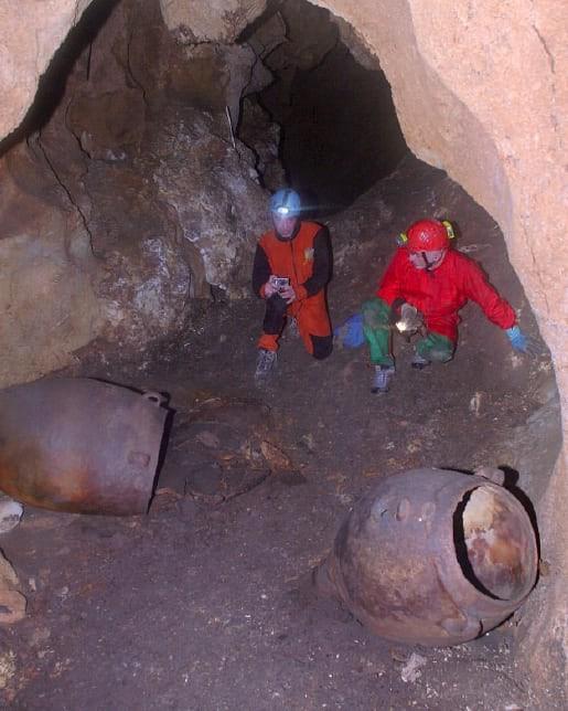 Vasos de barro onde foram encontradas os restos do vinho (Foto: Davide Tanasi)