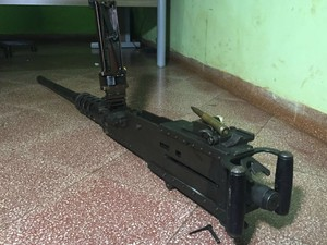 Arma apreendida após execução de traficante no Paraguai (Foto: Gabriela Pavão/ G1 MS)