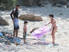 De biquininho e sarada, Daniele Suzuki vai a praia com a família