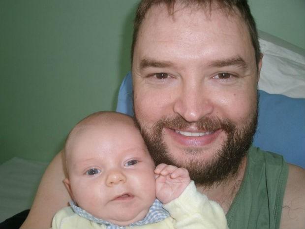 Jonas Kernitskei, de 32 anos, e o filho João Davi, de 3 meses (Foto: Jonas Kernitskei/Arquivo pessoal)