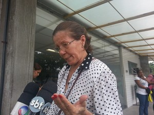 Norma aguarda liberação do corpo do filho no IML do Rio (Foto: Renata Soares/G1)