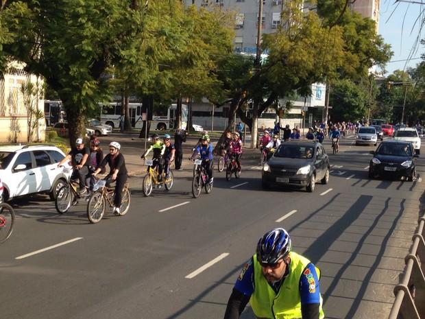 Pedalada reuniu dezenas de ciclistas voluntários e um grupo de 14 deficientes visuais (Foto: Josmar Leite/RBS TV)