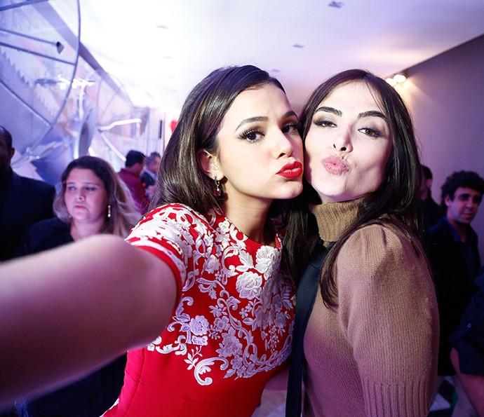 Bruna Marquezine e Maria Casadevall em selfie fazendo biquinho (Foto: Raphael Dias / Gshow)