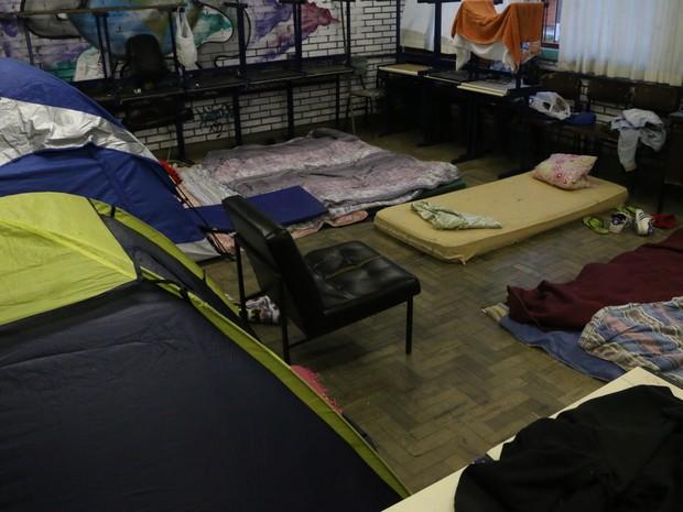 Na Emilio Massot, sala de aula virou dormitório (Foto: Hygino Vasconcellos/G1)