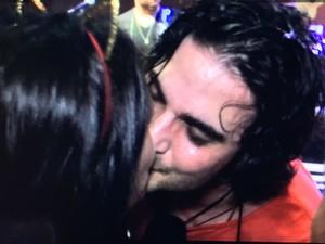Fiuk beija em Salvador (Foto: 2ERRES/DIVULGAÇÃO)