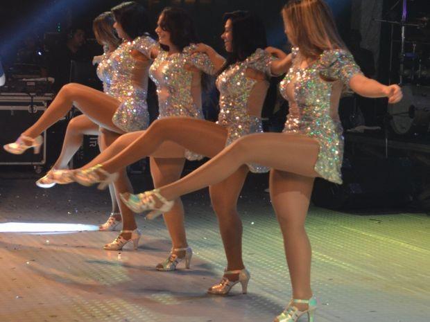 Dançarinas do Aviões do Forró executam coreografia sincronizada (Foto: Marina Fontenele/G1)