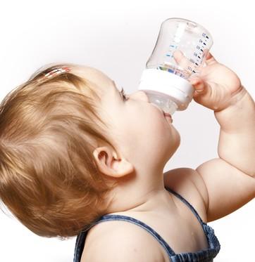 Bebê tomando mamadeira (Foto: Shutterstock)