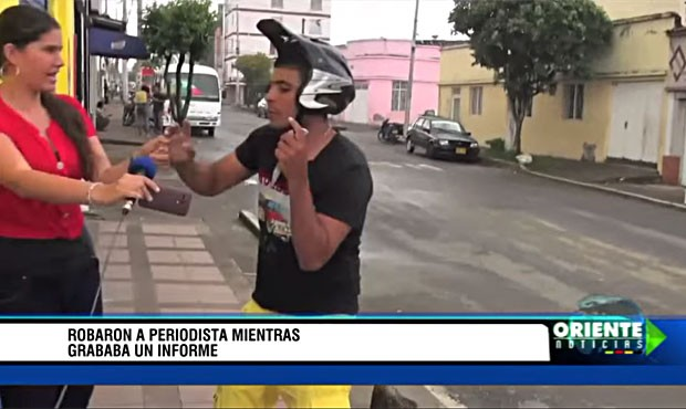 Homem abordou repórter no meio da rua enquanto ela gravava reportagem (Foto: Reprodução/Youtube/OrienteNoticias)