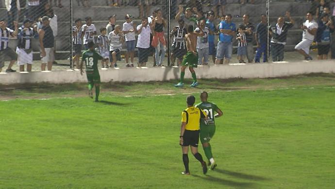Hércules coimemora gol de empate do Serrano-PB contra o Treze no PV (Foto: Reprodução / TV Paraíba)