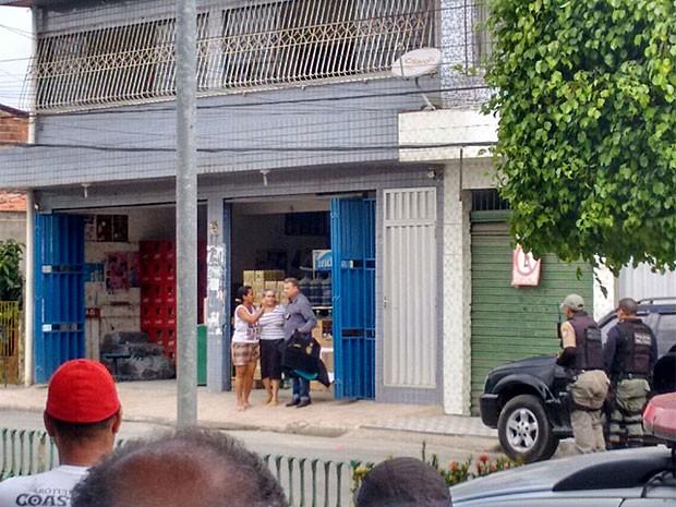 Mulher é liberada após ser feita refém em assalto a depósito de bebidas (Foto: Reprodução / WhatsApp)
