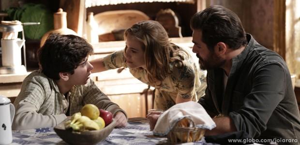 Toni e Hilda ficam chocados com a revelação do menino (Foto: Fábio Rocha/TV Globo)