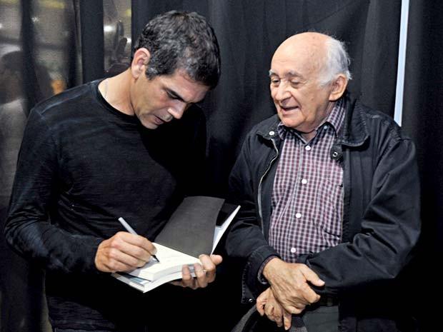 Dado Villa-Lobos autografa livro para o professor Briquet de Lemos, pai de Felipe e Flávio Lemos, músicos do Capital Inicial (Foto: André Zímmerer/Divulgação)