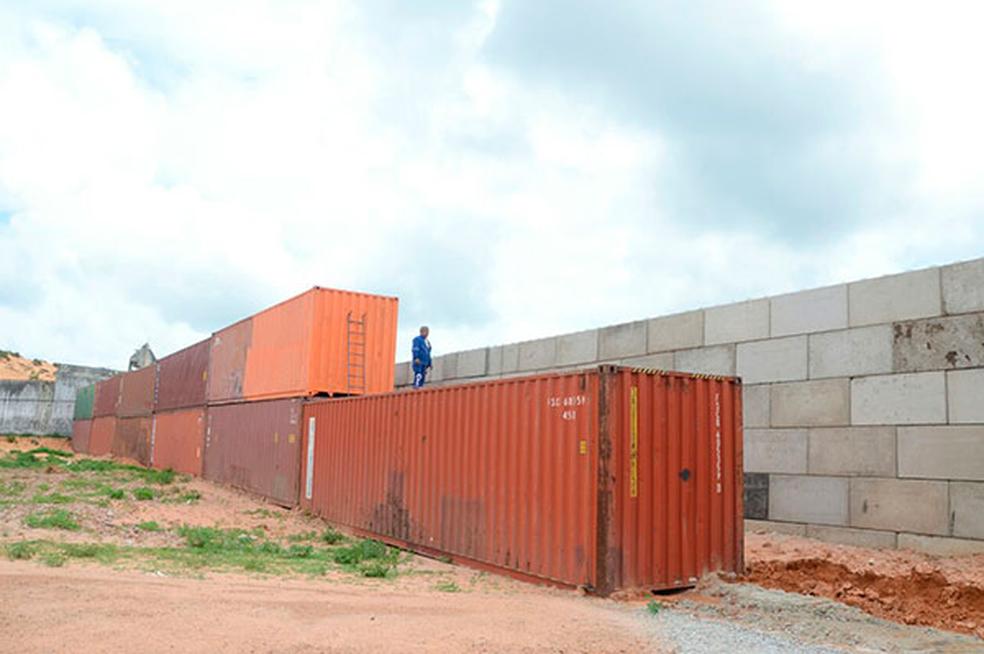 Improvisados para separar as facções, contêineres empilhados foram substituídos por um muro de concreto (Foto: Adriano Abreu / Tribuna do Norte)