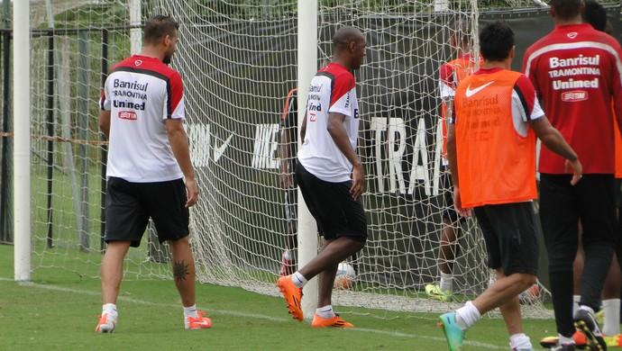 Fabrício e Willians discutem em treino do Inter (Foto: Tomas Hammes/RBS TV)