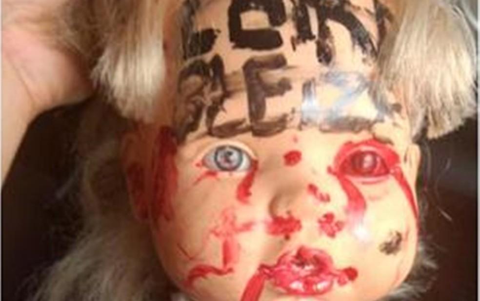 Cabeça de boneca foi colocada em poste como forma de intimidar tenente, diz polícia (Foto: Divulgação/Polícia Militar )