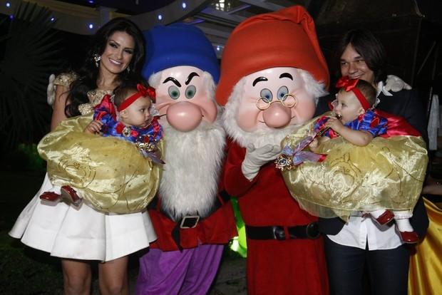 Natália Guimarães com o marido Kiko e as filhas (Foto: Francisco Cepeda e Leo Franco/AGNews)