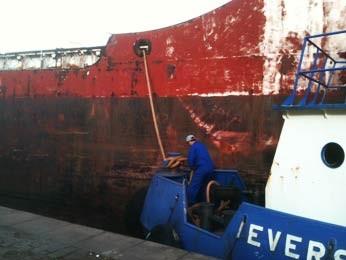 Navio paraguaio sai nesta quarta do porto de Porto Alegre (Foto: Dayanne Rodrigues/RBS TV)