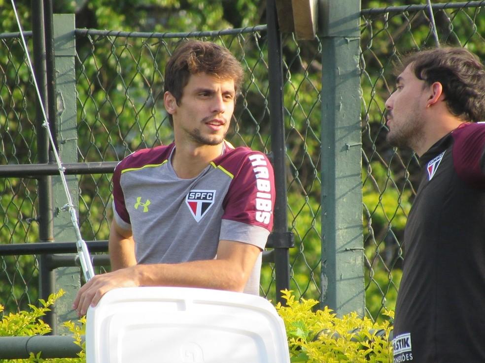 Zagueiro também conversou com Raony Thadeu, um dos analistas de desempenho da equipe (Foto: Marcelo Hazan)