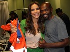Renato Sorriso presenteia Ivete Sangalo com roupa de gari após o Altas Horas