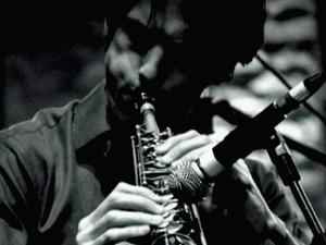 Saxofonista francês Jerome Charlemagne se apresenta na Casa da Cultura de Paraty (Foto: Divulgação/Facebook Casa da Cultura de Paraty)