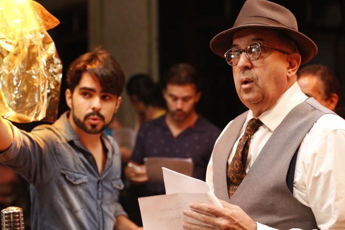 O diretor Diego Morais dá instruções a Claudio Tovar, o Evandro de Herança de Ódio (Foto: Ellen Soares / Gshow)