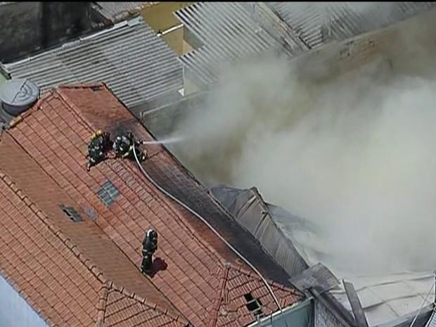 Incêndio atinge fábrica na Zona Leste de SP (Foto: Reprodução Rede Globo)