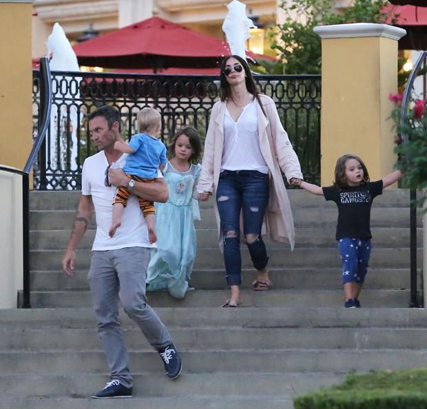 Megan Fox com o primogênito Noah e Bodhi  (Foto: Grosby Group)