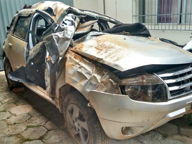 Suspeitos teriam intenção de vender carro de agente socioeducativo na Bolívia, mas capotaram o veículo  (Foto: Quésia Melo/G1)