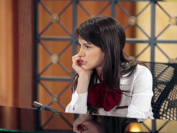 Carolina escuta o bafão entre os dois e faz planos (Foto: Guerra dos Sexos / TV Globo)