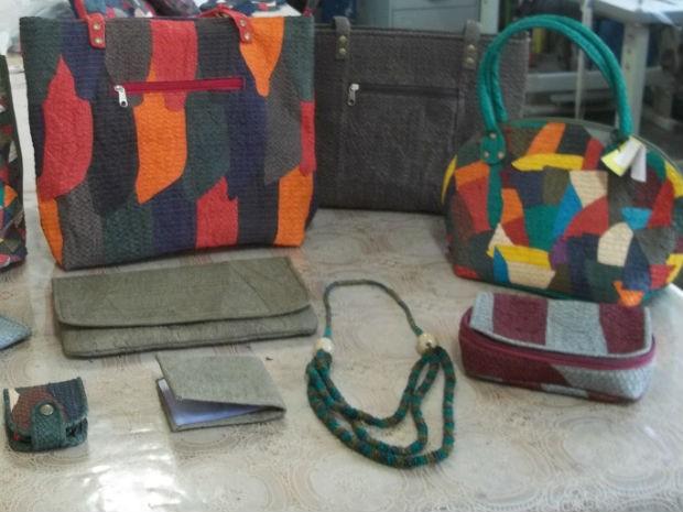 """Bolsas e outras peças produzidas com couro de peixe pelas artesãs da """"Amor Peixe"""", de Corumbá (Foto: Divulgação/Amor Peixe)"""